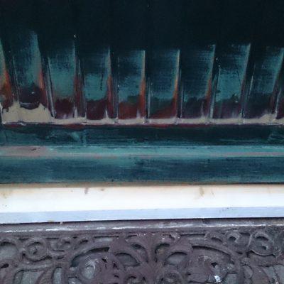 Hier een nieuwe dorpel geplaatst en de deur hersteld dit alles met een twee componenten epoxy hars
