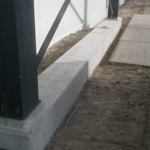 De brandlaag moet eerst van het beton geschuurd worden