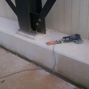 De beton balk schuren