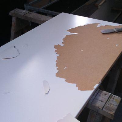 Een front van een keuken waar het fineer los liet